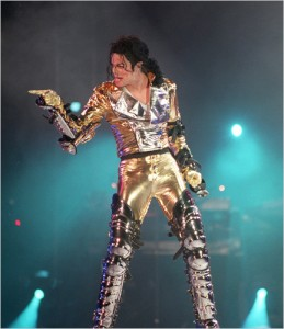 michael-jackson-in-gold-lame-with-leather-buckles-catcher-kneepads-in-history-tour-1992-prague