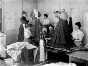 Jacques Boyer - Le Drapage du Corsage chez Worth, Paris, 1907. Copyright: Jacques Boyer/Roger Viollet