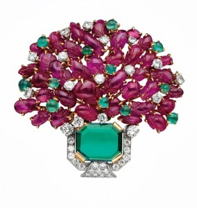 Giardinetto brooch, ca. 1959 Gold and platinum with emeralds, rubies, and diamonds 5 x 5 cm Bulgari Heritage Collection, inv. 5000 P206 © Antonio Barrella Studio Orizzonte Roma