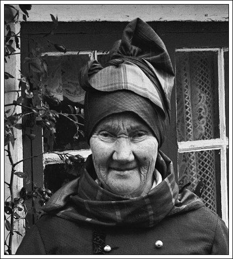 Fischers Trine (Anne Catherine Hansen) at home on Fanø, 1920s or 1930s (?). Photo: Hans Pors. From Aldus.dk.