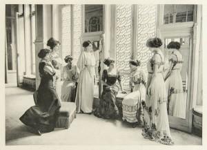 G.Agié - Les Mannequins, 1910.  Photographie: Les Editions du Figaro/Droits Reservés G.Agié/Droits Réservés Prise de Vue Gerard Leyris