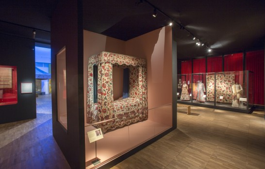 Installation shot of Bed with chintz hangings, The Global Trade gallery Coromandel Coast, for export to Europe, c.1700; made up in Vienna early to mid-18th century Height: approx. 250–80 cm; length: 220 cm; width: 110 cm © MAK, Vienna