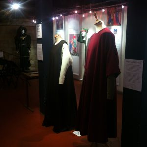 13th century unisexe feminine and masculine costumes